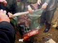 """Ziua Armatei 2010: Băsescu şi Oprea, """"arşi"""" şi aruncaţi la gunoi"""
