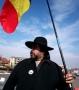 Cântece patriotice româneşti, în faţa sediului UDMR. Solist: preotul Mihai Bota din Sălaj