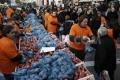 O atitudine interesantă: decât să-si exporte produsele în conditiile impuse de UE, grecii le dau gratis conationalilor înfometati